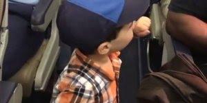 Criança de 2 anos entra em voo e cumprimenta todos os passageiros!