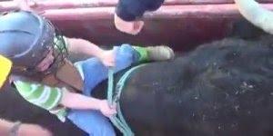 Criança de 3 anos montando em um touro, que medo dele machucar ...