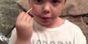 Criança de maquiando, ela faz o contorno do rosto corretamente!