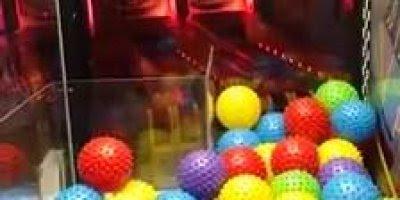 Criança é surpreendia em máquina de bola de shopping, confira kkk!