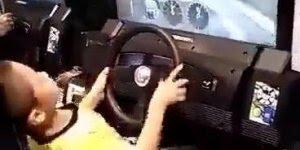 Criança jogando game de corrida, dirigindo melhor que muitos habilitados hein!
