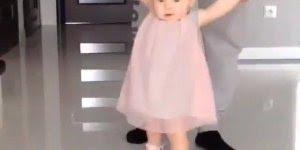 Criança linda dando os primeiros passos, ela parece uma boneca!