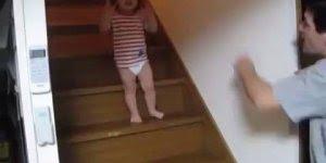 Criança que ainda nem sabe falar discutindo com o pai, confira!