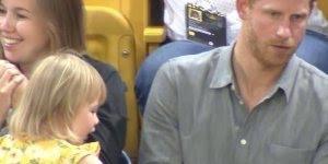 Criança roubando pipocas de Príncipe Harry, ele foi gentil hein!
