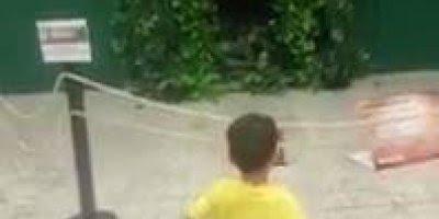 Criança se assusta com brinquedo em forma de monstro, saiu correndo hahaha!