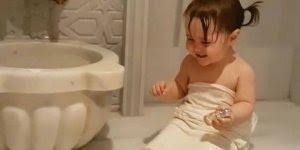 Criança se divertindo na hora do banho, para rir muito e compartilhar!
