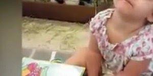 Criança sentada e com muito sono, veja como ela tenta resistir!