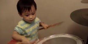 Criança tocando bateria como um adulto, como pode ser tão bom sendo tão pequeno?