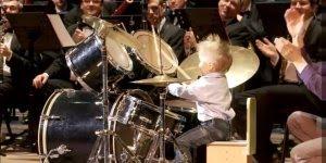 Criança tocando bateria em orquestra, veja que show esse garotinho!