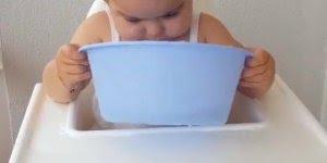 Criança tomando um banho na cadeira, ser criança é fazer o que quiser!