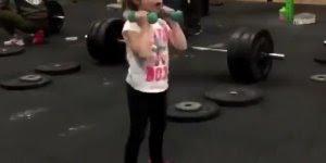 Criança treinando na academia, ela esta treinando mais que sua amiga, confira!