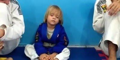 Criança vai treinar nos tatames mas seu pior inimigo é o sono!