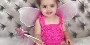 Criança vestida de anojo - Com fantasia rosa, é muita fofura!