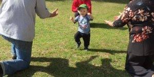 Crianças aprendendo a dar os primeiros passos, que cenas lindas e engraçadas!