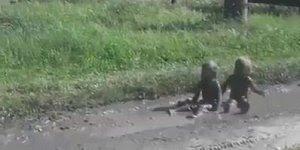 Crianças brincando na lama, tem como xingar umas criaturinhas dessas?