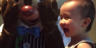 Crianças com medo de pessoas fantasiadas de mascotes, que engraçado hahaha!