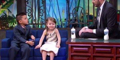 Crianças em programa de televisão falando sobre os avós, muito fofo!