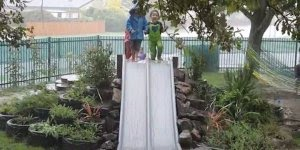 Crianças escorregando e brincando na chuva, um verdadeiro sonho!
