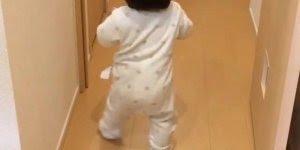 Essa criança começou a andar e já foi buscar o papai na porta!
