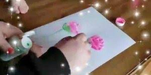 Fazendo desenho de rosas com base em pés de criança, que ideia incrível!