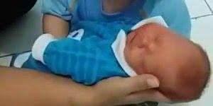 Garotinha chora para poder pegar o irmão recém nascido, veja quanto amor!!!
