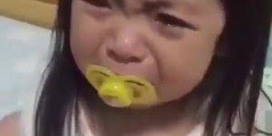 Garotinha chorando, sua mãe limpa as lagrimas veja o que ela faz!!!