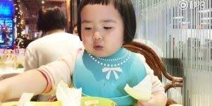 garotinha comendo, veja como ela come verduras, é muito fofa!!!