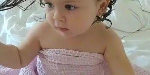 Garotinha fofa alisando o cabelo depois do banho, olha que linda!!!