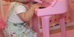 Garotinha fofa tocando piano e tentando cantar, simplesmente adorável!
