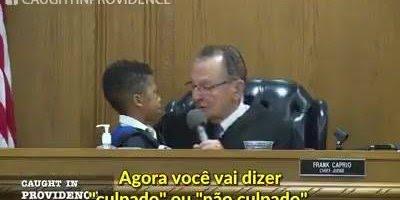 Juiz chama criança para o julgamento do pai por excesso de velocidade!