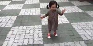Menina com sapatinho que faz barulho quando pisa, não deixe esse video morrer!