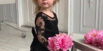 Menina com vestido preto e buque de flor rosa, ela ficou linda demais!