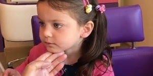 Menina furando as orelhas para colocar brinco e nem demonstra sentir dor!