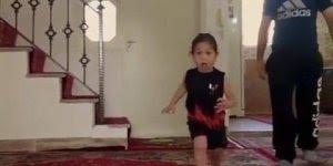 Menina pula cinco degraus de escada e cai no colo do pai, que confiança!