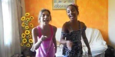 Meninas apresentando a musica Meu Pintinho Amarelinho, para rir!