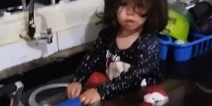 Menininha entra na pia da cozinha e alaga tudo, as crianças são demais!!!