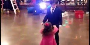 Menino começa a dançar com uma menina, mas parece que alguém ficou com ciúmes!