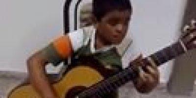 Menino tocando musica do filme Titanic no violão, muito lindo!