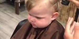 O primeiro corte de cabelo a gente nunca esquece, veja que fofura!