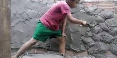 Pai ensinando seu filho a trabalhar de pedreiro, educação ou exploração?