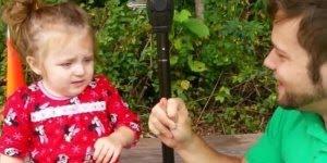 Papai roubando o nariz da filha, a reação dela é muito fofa!Est