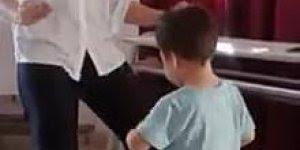 Professora usa a dança para espantar timidez de criança!