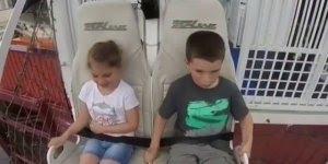 Reação de garotinho e garotinha andando e, teleférico, hahaha!!!