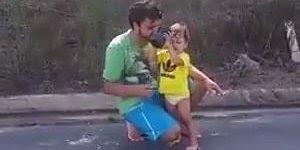 Soltando pipa com o papai, a pipa foi embora e a mãe deu risada kkk!