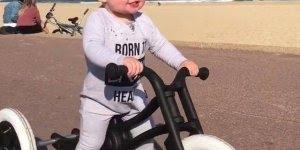 Triciclo para criança, veja a alegria contagiante deste bebê!