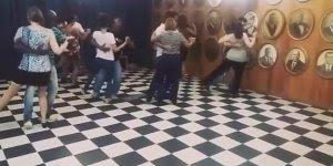 Alunos dançando samba, olha só que galerinha treinada, muito legal!!!