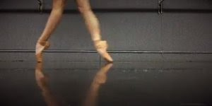 Bailarina mostrando sua mobilidade dos pés, vale a pena conferir!!!