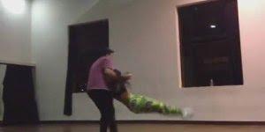 Casais duelando em academia de dança, os dois são fantásticos!!!