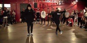 Casal dançando em apresentação em academia, olha só que legal!!!