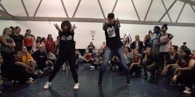 Casal dançando musica internacional, eles tem uma sincronia incrível!